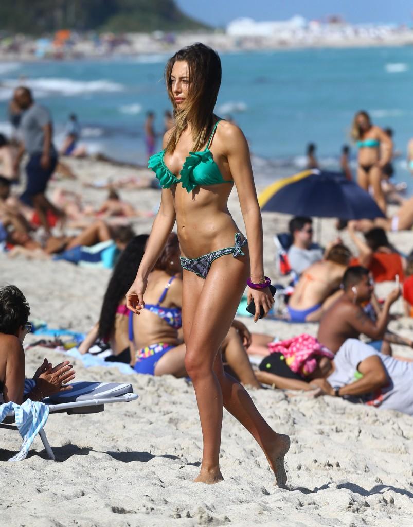 Alessia Tedeschi nue seins nus