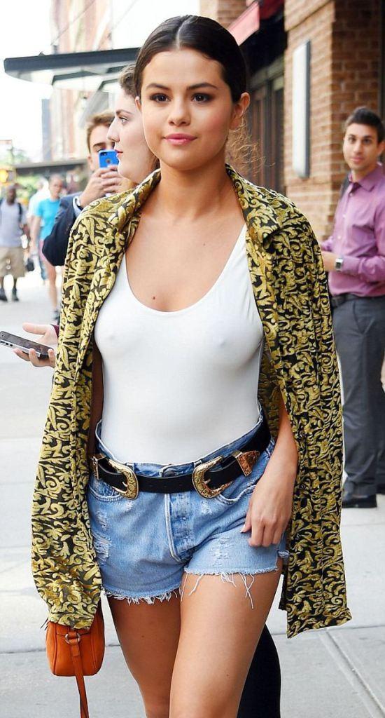 Oops les seins de Selena Gomez nue