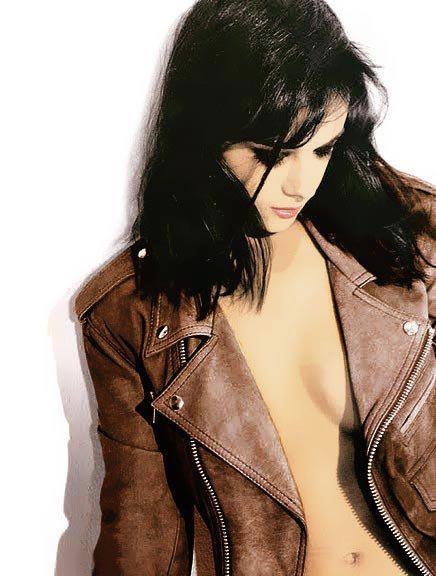 images-alizee-nue-dans-shoot-inconnu-decolette-bord-des-seins-23694-98875