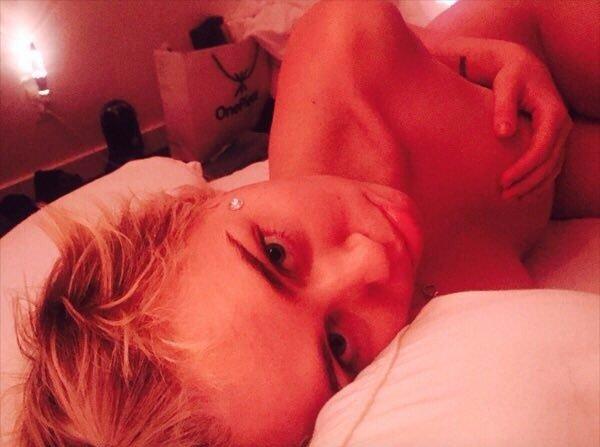 Un selfie de Miley Cyrus nue dans son lit