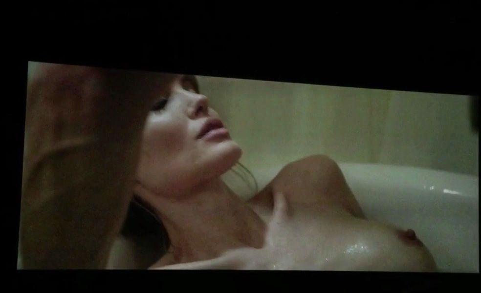 """Des photos de Angelina Jolie nue et seins nus dans """"By the Sea"""""""