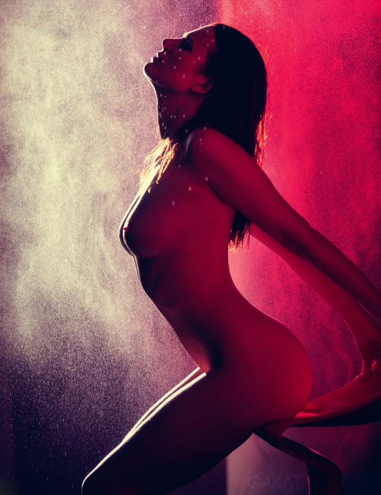 Elodie Frégé nue dans le magazine LUI
