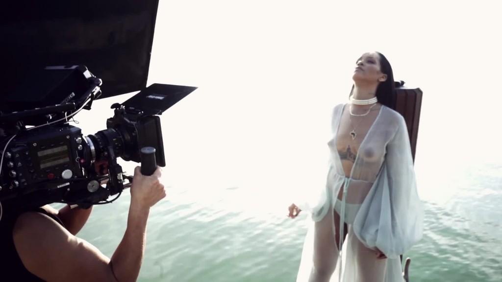 Oops les seins de Rihanna dans Needed Me