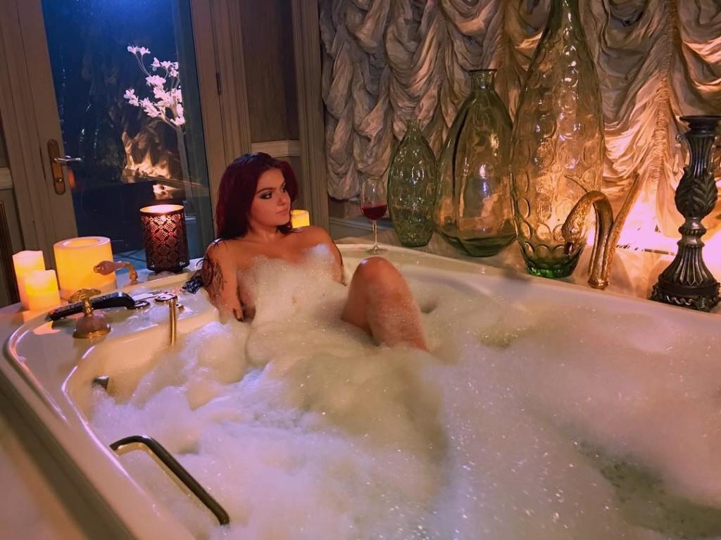 Une photo de Ariel Winter nue dans son bain