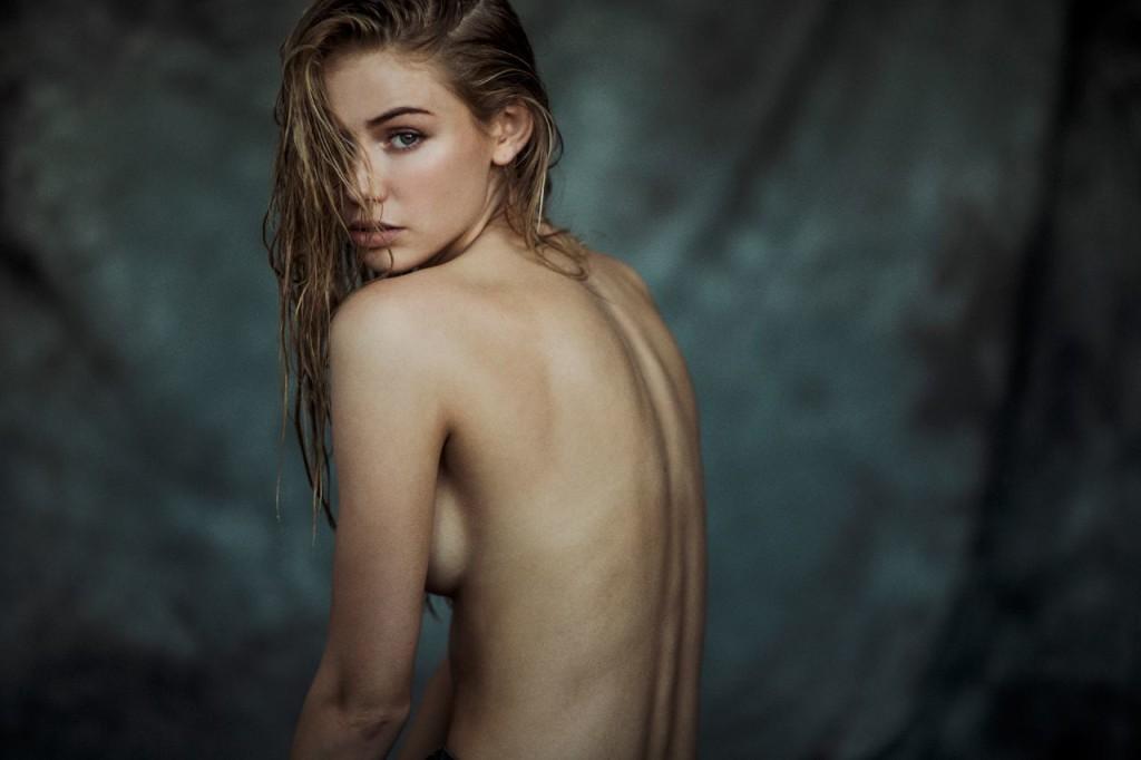 Des photos de Scarlett Leithold nue et seins nus