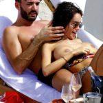 Des photos de Nabilla nue et seins nus dans Public