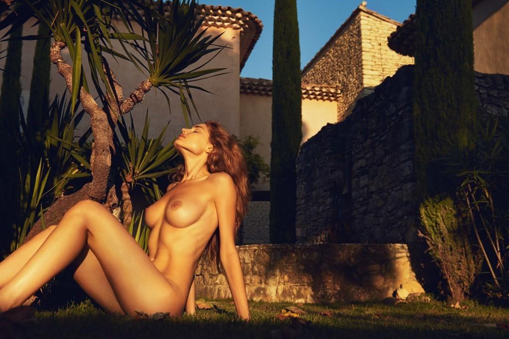 Des photos de Maja Krag nue et seins nus