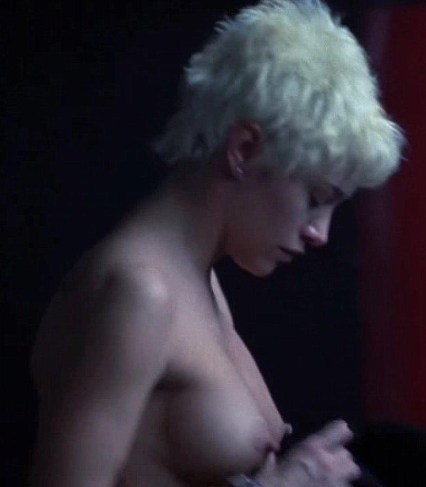 emma-de-caunes-nue-seins-sexy-film-2