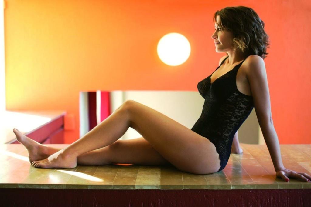 emma-de-caunes-nue-seins-sexy-lingerie-1
