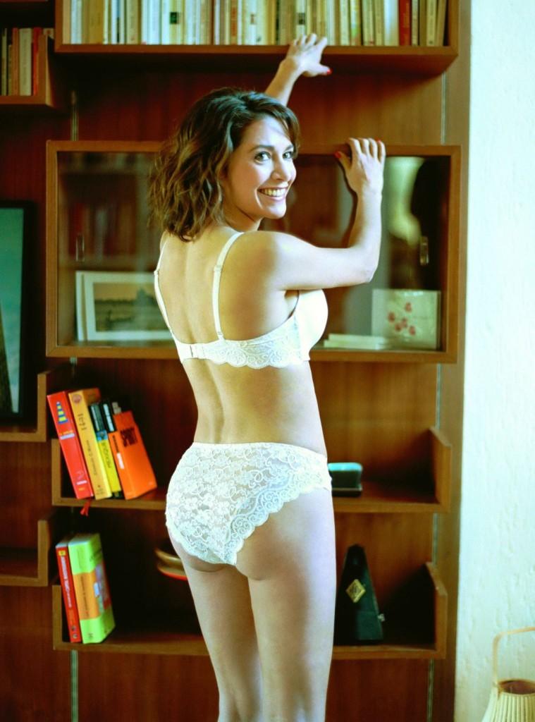 emma-de-caunes-nue-seins-sexy-lingerie-3