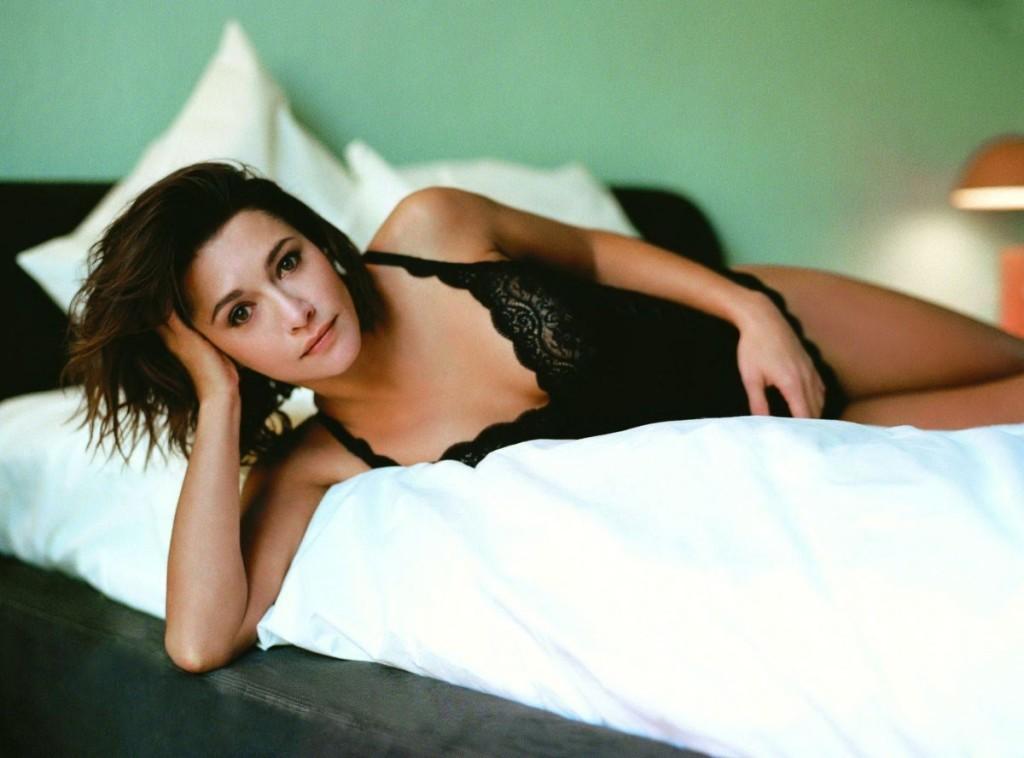 emma-de-caunes-nue-seins-sexy-lingerie-4