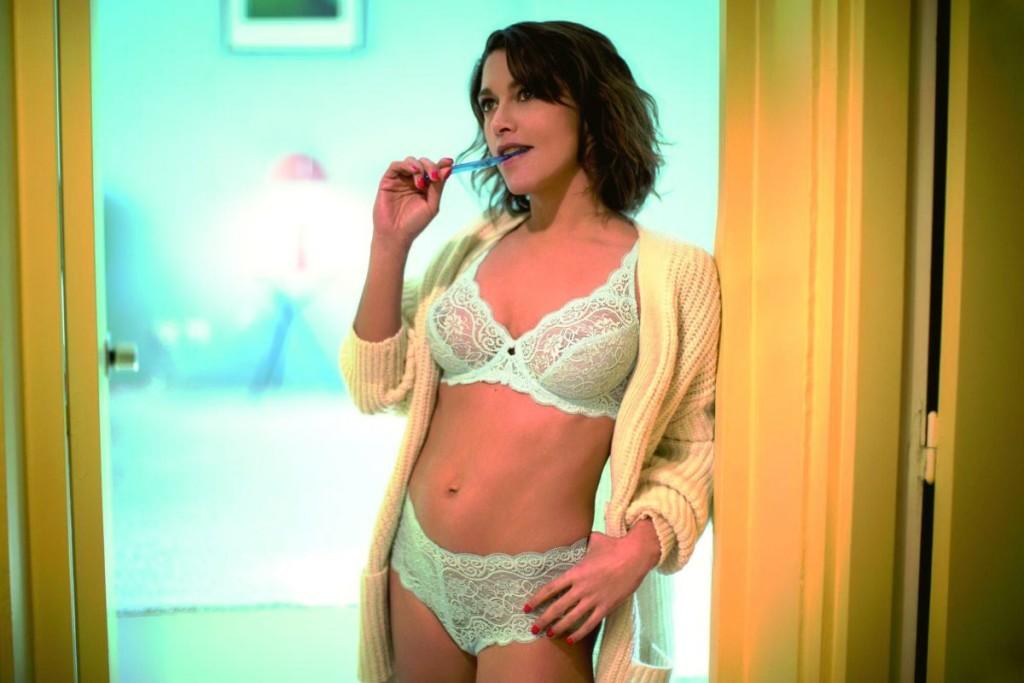 emma-de-caunes-nue-seins-sexy-lingerie-6
