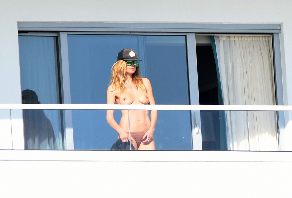 Des photos de Heidi Klum seins nus sur son balcon