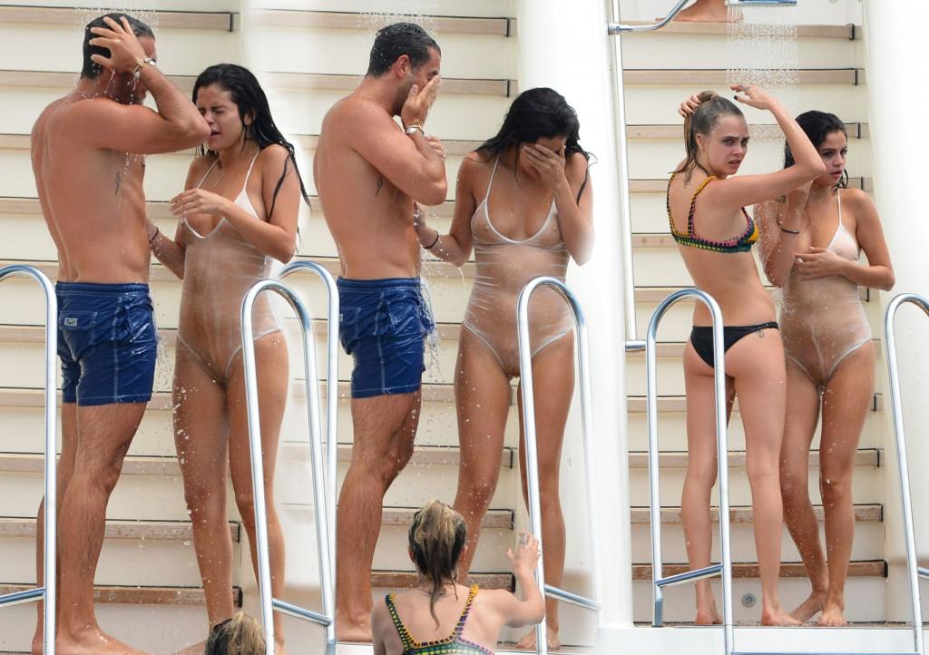 Oops les seins de Selena Gomez dans son maillot de bain transparant