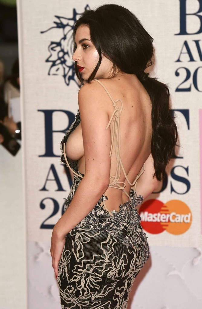 Oops, Charli XCX montre ses seins aux Brit Awards