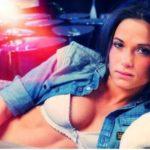 Les photos de Capucine Anav nue et seins nus