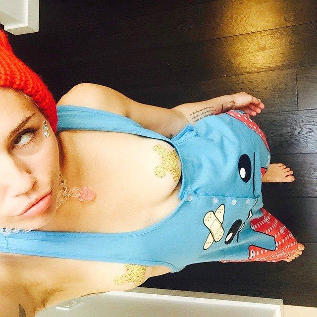Miley-Cyrus-Naked-02