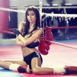 Laura Giraudi seins nus et string sur un ring de boxe