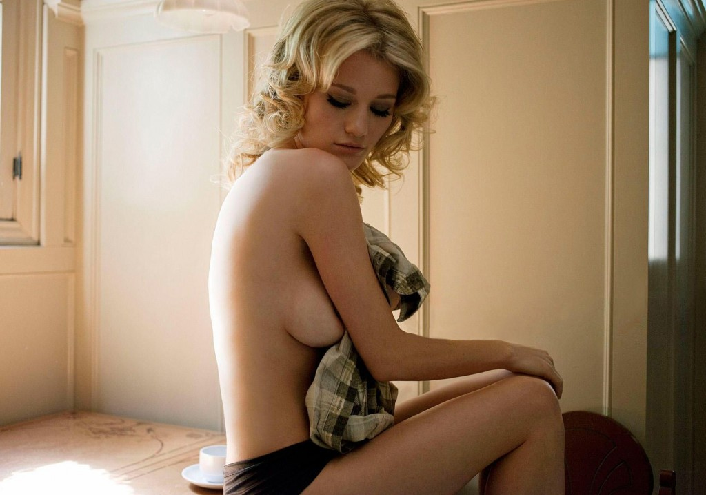 Des photos d'Ashley Hinshaw nue