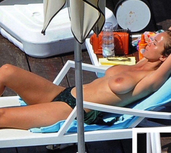 Des photos d'Enora Malgré nue (topless) en Italie