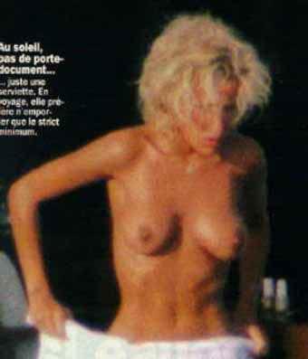 image-ophelie-winter-nue-sur-la-plage-topless-4