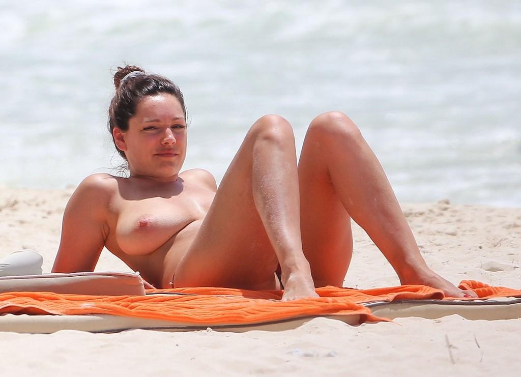 Des photos de Kelly Brook seins nus sur la plage