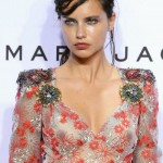Oops les seins d'Adriana Lima nue sous sa robe