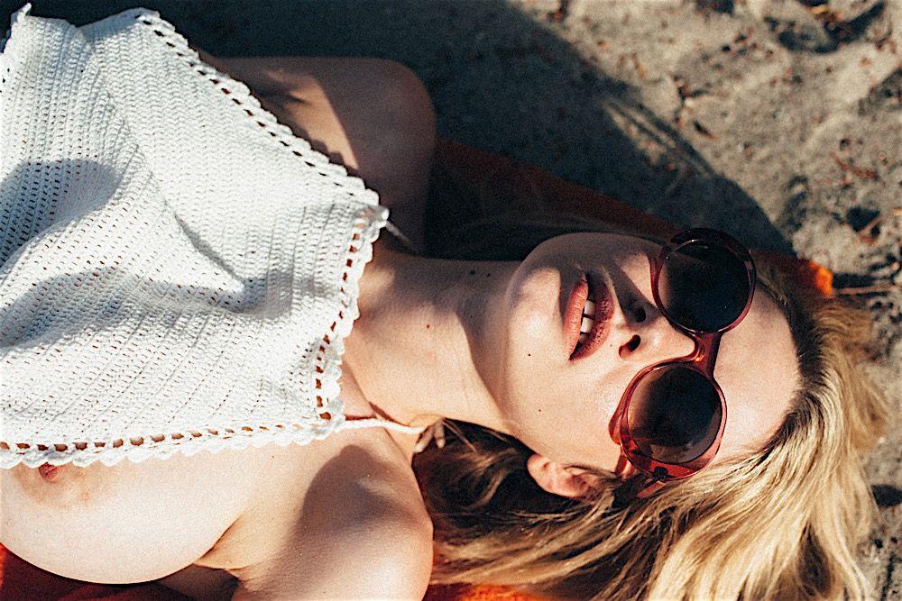 Des photos de Elle Brittain nue et seins nus