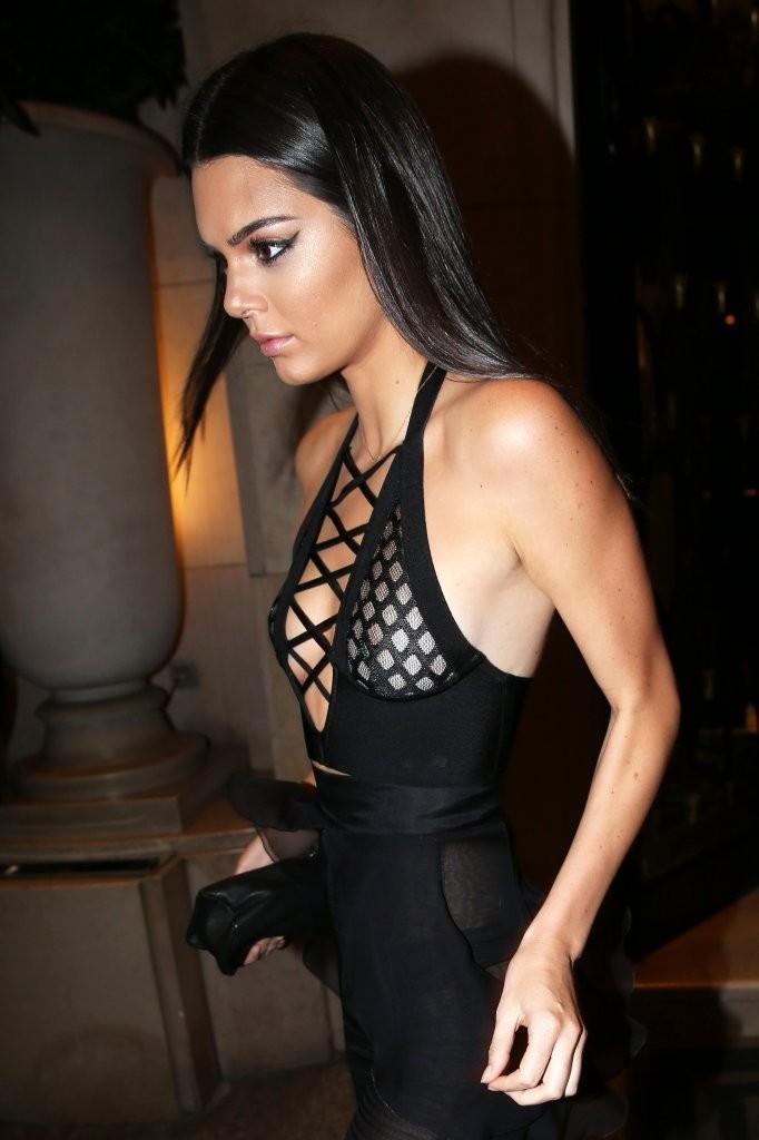 Oops les seins et les fesses de Kendall Jenner nue