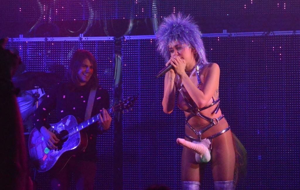 Des photos de Miley Cyrus topless sur scène