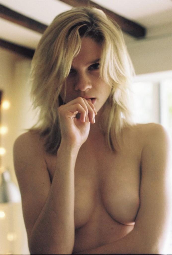 Des photos de Eva Biechy nue et seins nus