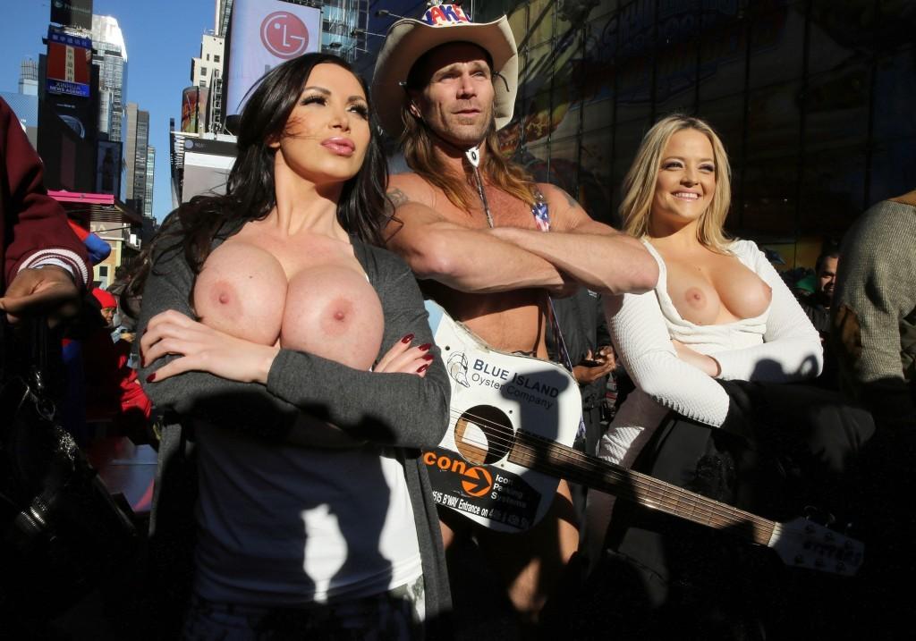 Nikki Benz et Alexis Texas seins nus dans la rue