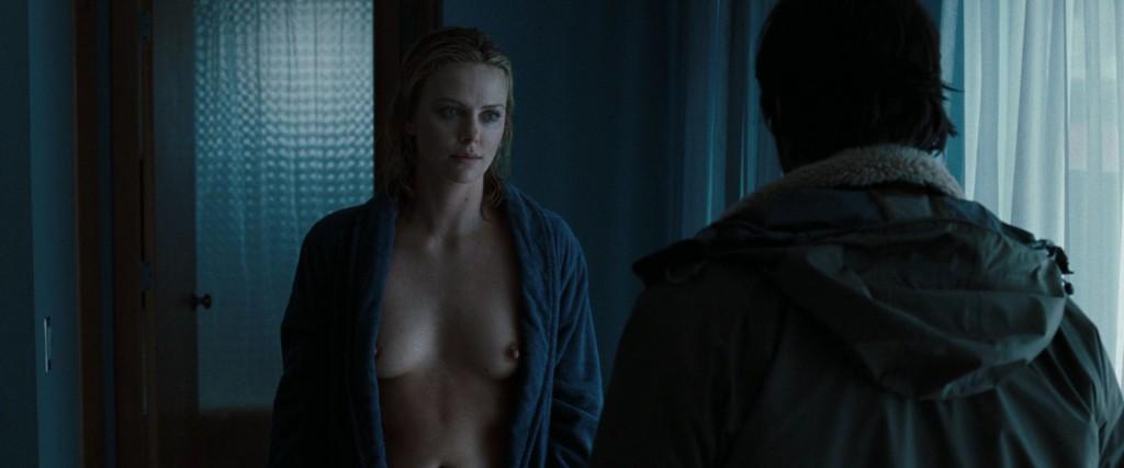 Des photos de Charlize Theron nue et seins nus