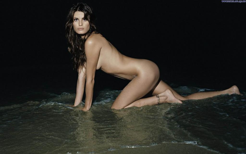 Des photos d'Isabeli Fontana nue et seins nus
