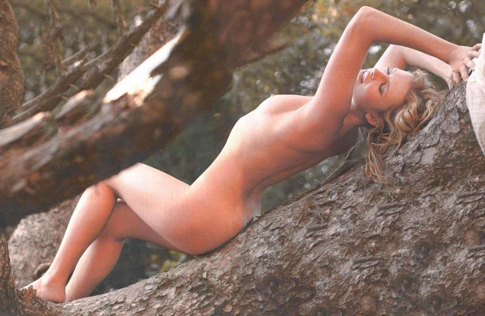 Elodie Frégé nue et seins nus pour Gala
