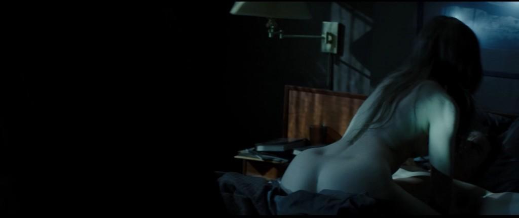 Emma Watson nue et seins nus dans Regression
