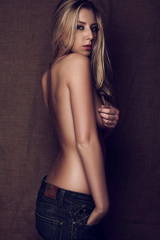 fanny-salvat-nue-seins-nus-les-marseillais-sexy-hot-topless-boobs-2