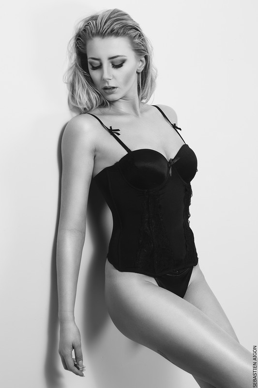fanny-salvat-nue-seins-nus-les-marseillais-sexy-hot-topless-boobs-7