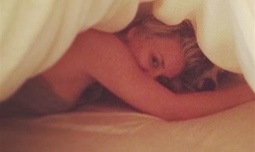 Une photo de Kaley Cuoco nue dans son lit