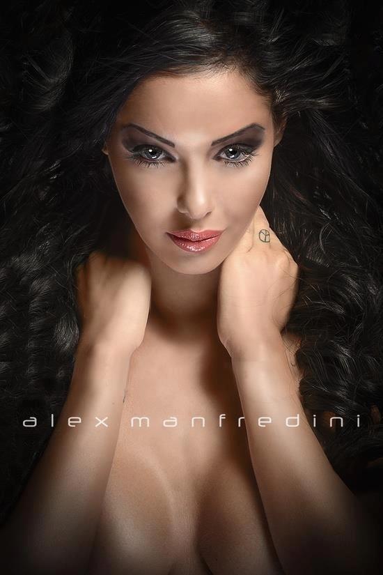 Nabilla Benattia nue et seins nus par Alex Manfredini