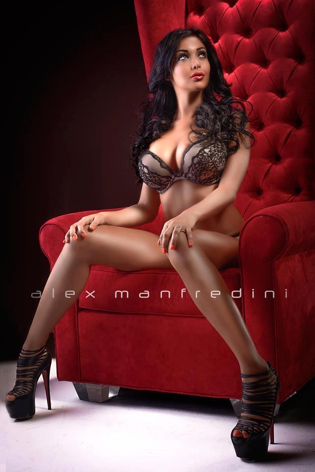 Nabilla-Benattia-nue-seins-nus-Alex-Manfredini-sexy-hot-fesse-chatte-3