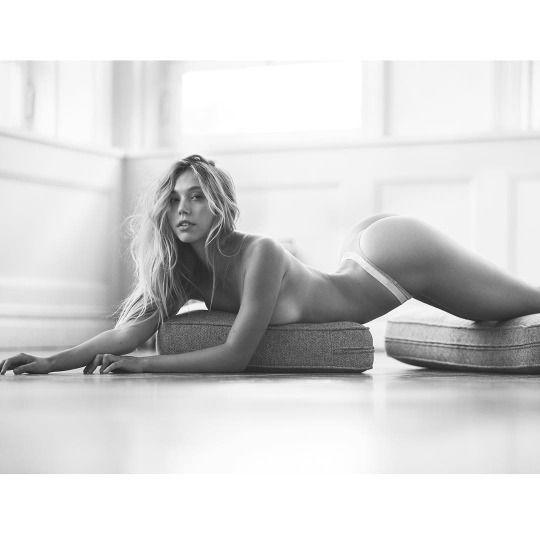 Alexis-Ren-Topless-nue-seins-nus-hot-1