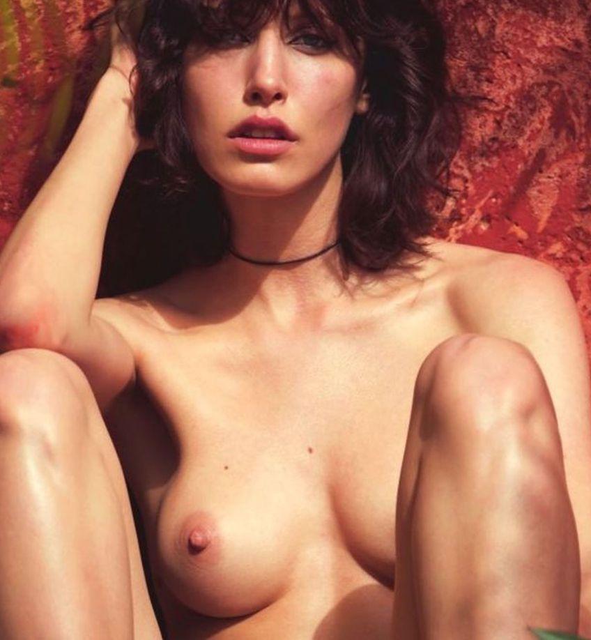 Des photos de Lorelle Rayner nue et seins nus