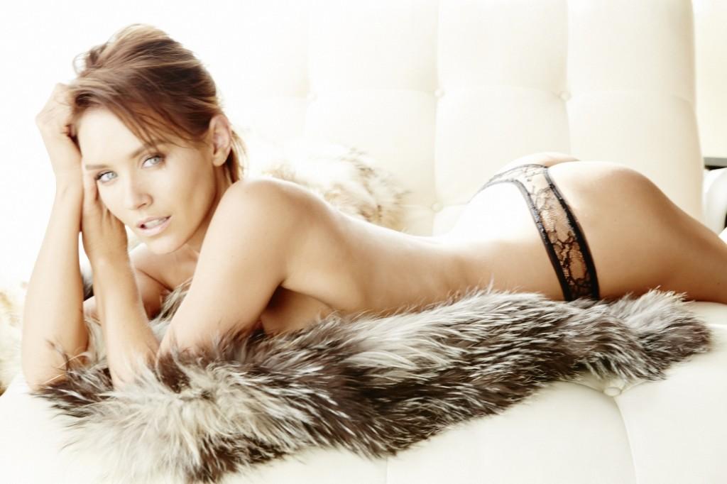Des photos de Nicky Whelan nue et seins nus