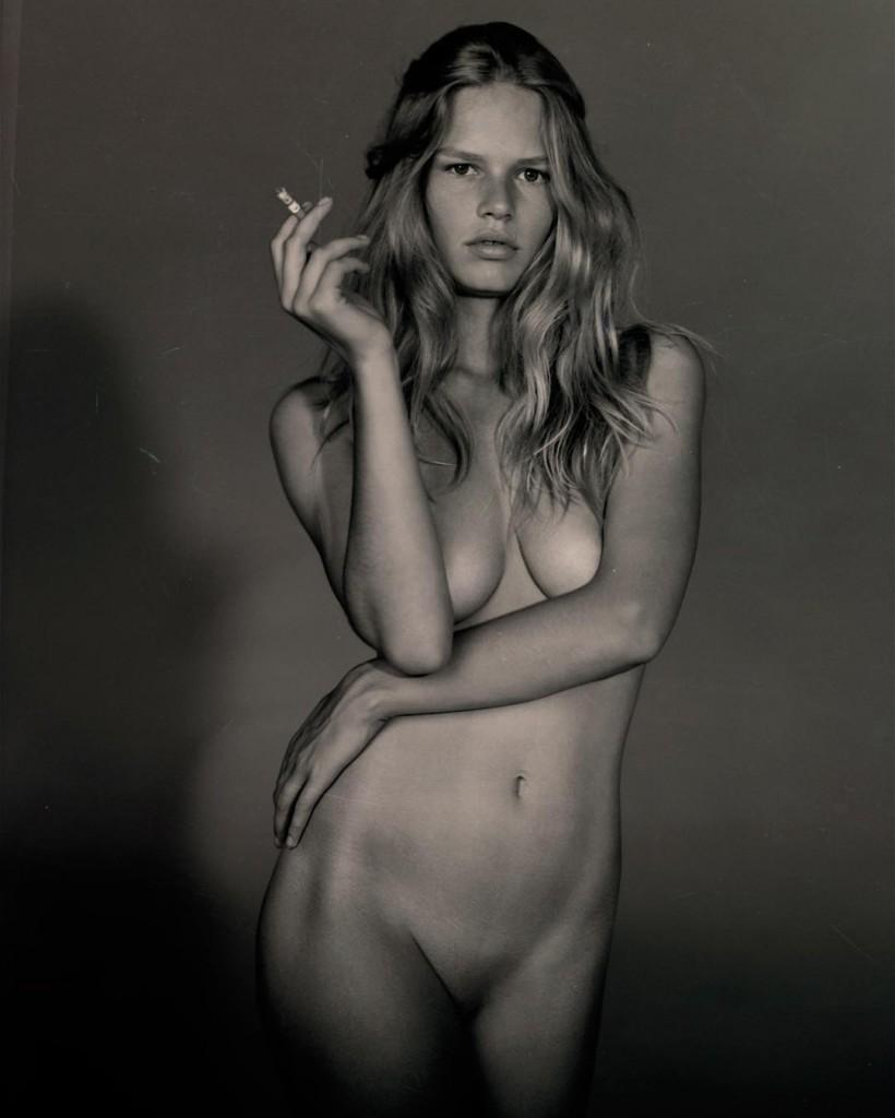 Des photos de Anna Ewers nue et seins nus