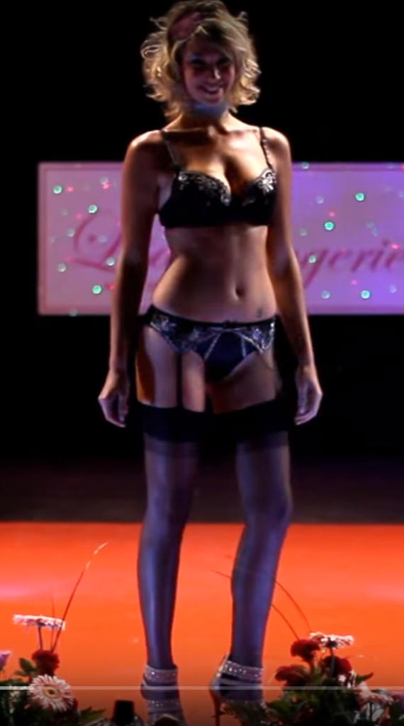 Des photos sexy de Clio Pajczer en string