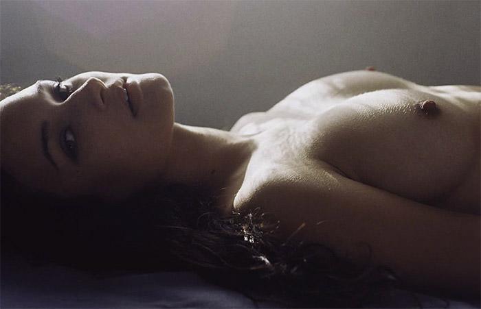 Des photos de Alex McGregor nue et seins nus