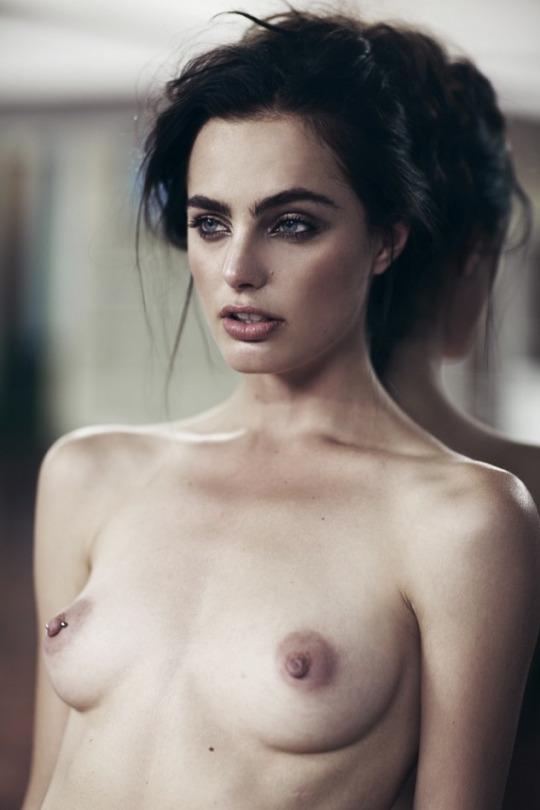 Des photos de Marinet Matthee nue et seins nus
