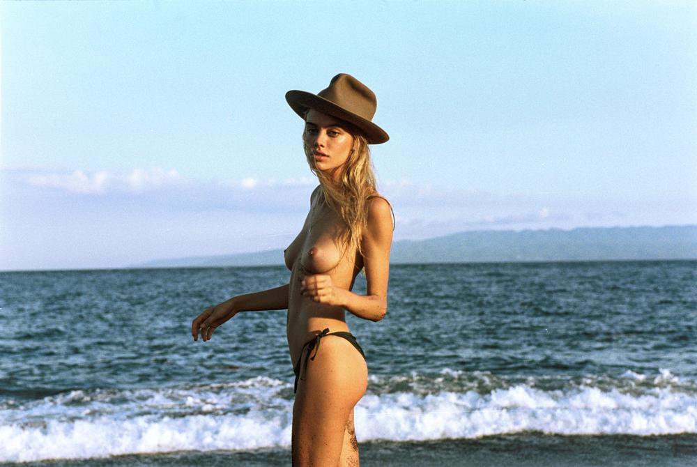 Des photos de Joanna Halpin nue et seins nus