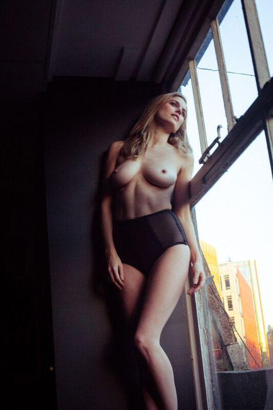model-ashley-james-nue-seins-sexy-3